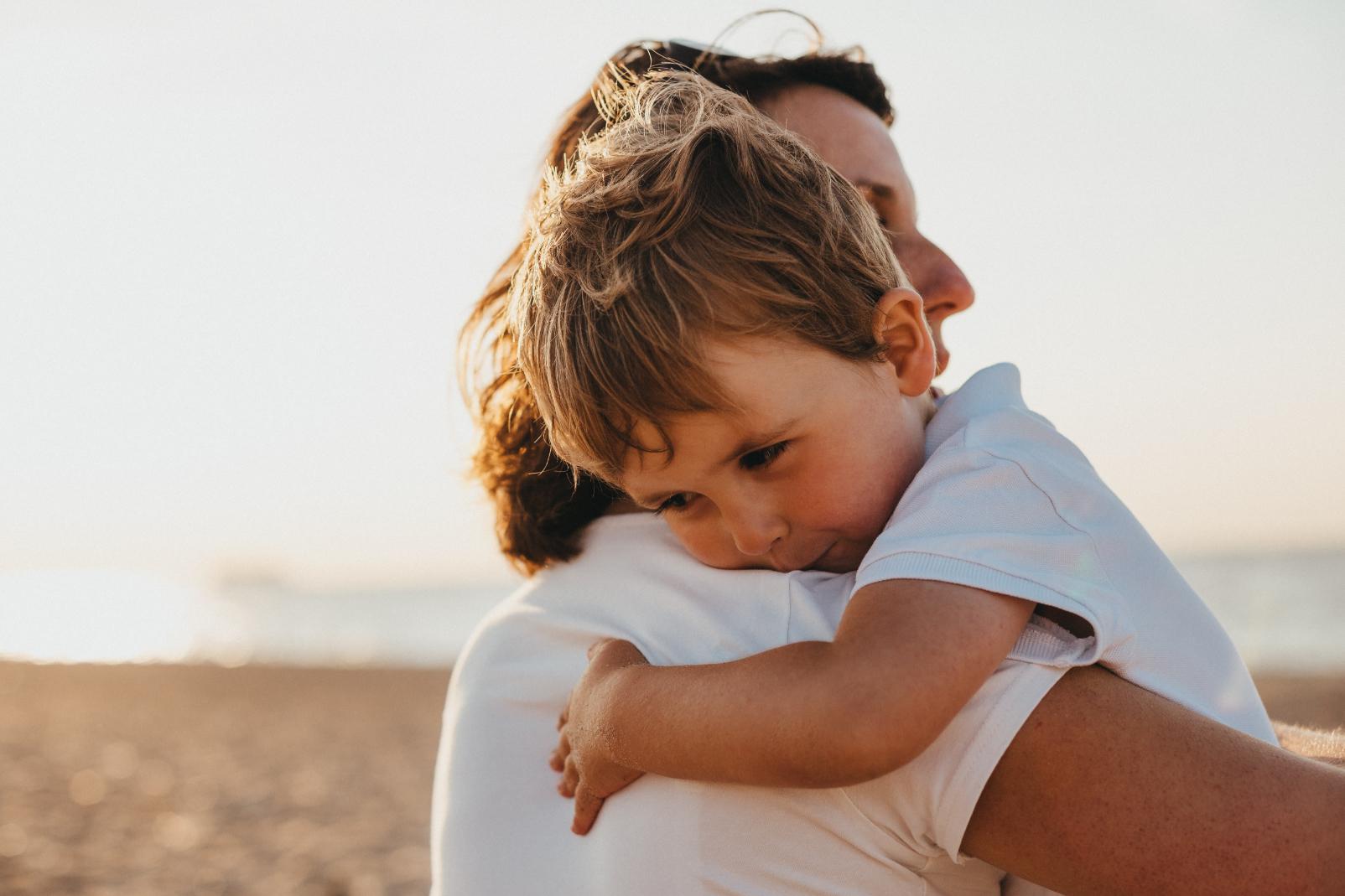 Omhelzing kind met ouder